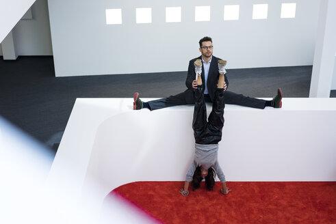 Deutschland, Rechlinghausen, Business, Büro, Plandid, Mann, 37 Jahre, Tänzer, Sportler, Frau, 39 Jahre, Handstand, Teamwork - MOEF02192