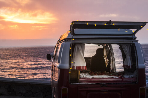 Vinage camper with a dream catcher at the sea at sunset - SIPF02025
