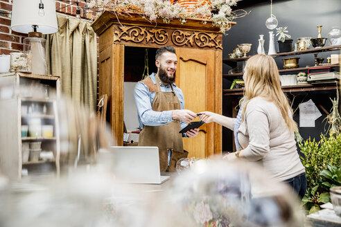 Employee helping customer shopping in store - BLEF06685