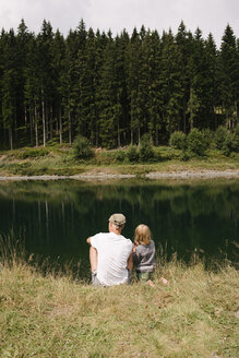 Father and daughter sitting at lakeshore, Jochberg, Austria - PSIF00279