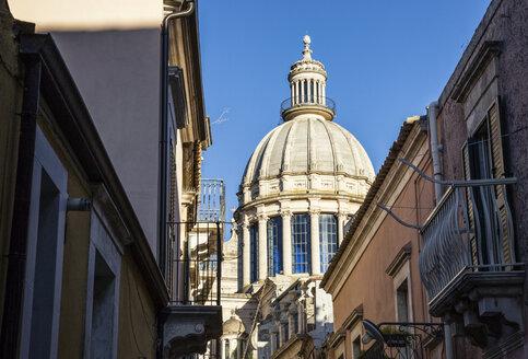 Blick von einer Gasse aus der Altstadt von Ragusa auf Duomo di San Giorgio, Ragusa Ibla, Ragusa, UNESCO-Welterbe, Provinz Ragusa, Sizilien, Italien - MAMF00758