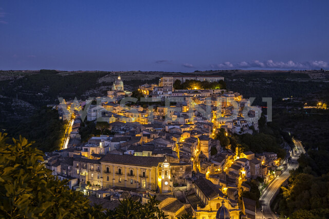 View from Ragusa Superiore to Ragusa Ibla with Duomo di San Giorgio at night, Ragusa, Sicily, Italy - MAMF00767 - Maria Maar/Westend61
