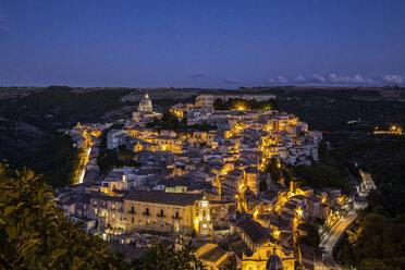 View from Ragusa Superiore to Ragusa Ibla with Duomo di San Giorgio at night, Ragusa, Sicily, Italy - MAMF00767