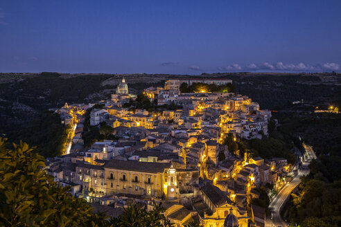 View from Ragusa Superiore to Ragusa Ibla with Duomo di San Giorgio at night, Ragusa, Sicily, Italy - MAMF00767