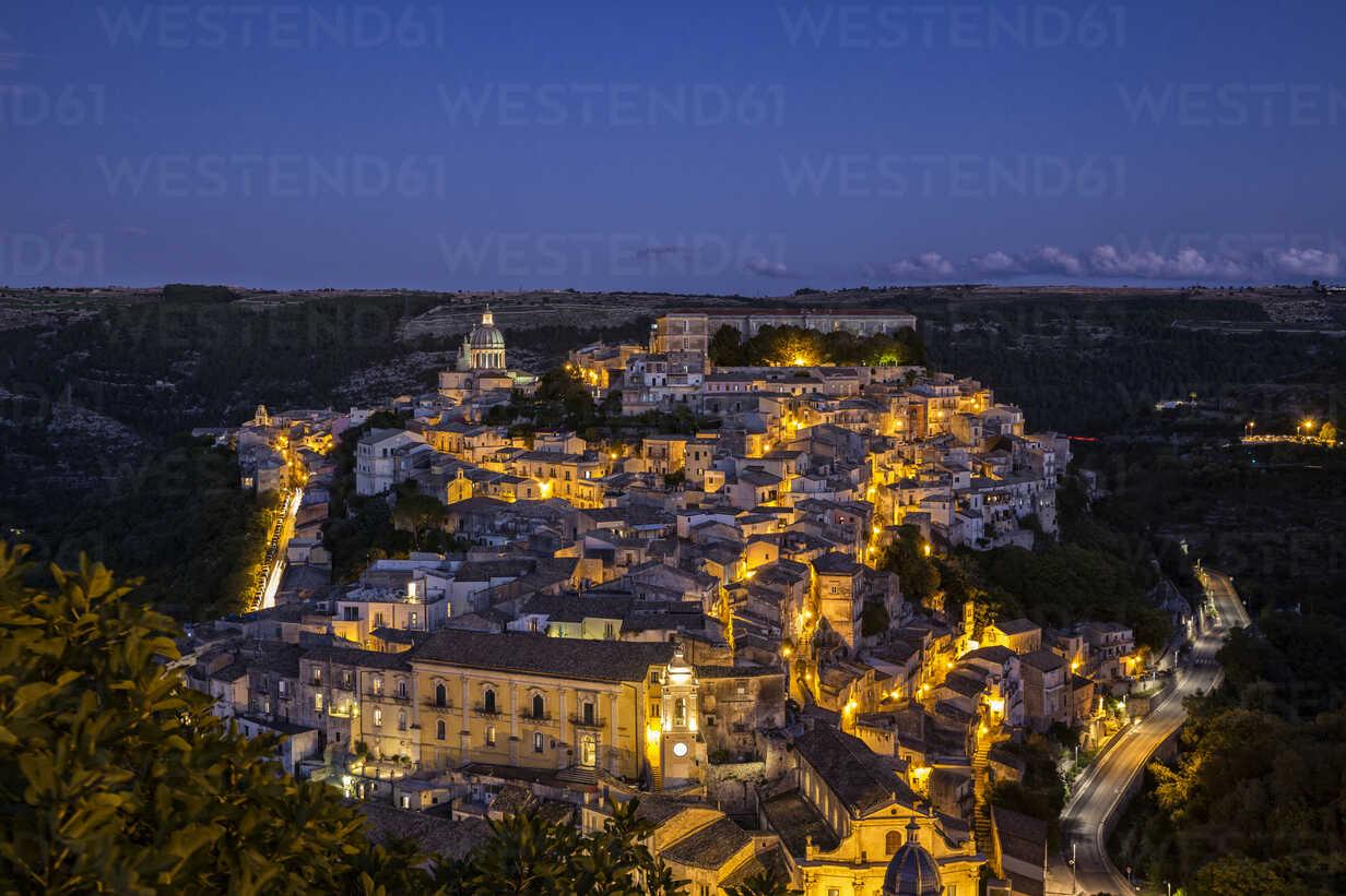 View from Ragusa Superiore to Ragusa Ibla with Duomo di San Giorgio at night, Ragusa, Sicily, Italy - MAMF00767 - Maria Maar/Westend61