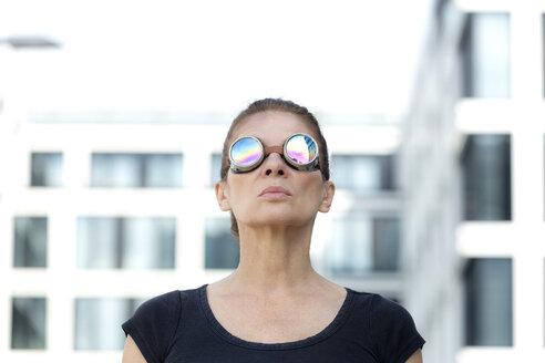 Deutschland,NRW,Ruhrgebiet,Stadt Essen,Frau mit Schweisserbrille vor Bürogebäude - FLLF00229