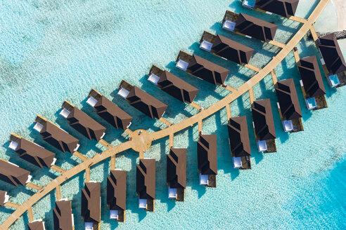 Luftaufnahme, Malediven, Süd-Male-Atoll, Wasserbungalows einer Malediveninsel - AMF07107