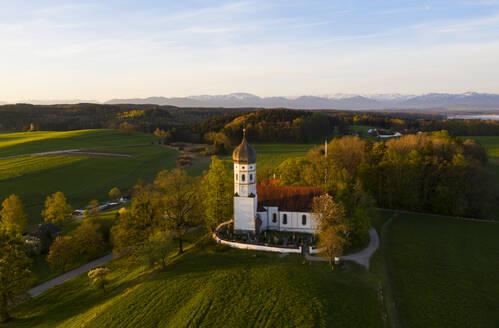 Kirche St. Johann Baptist im Morgenlicht, Drohnenaufnahme,, Holzhausen bei M�nsing, F�nfseenland, Oberbayern, Bayern, Deutschland - LHF00647