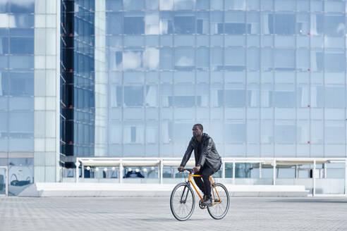 Man with bike in Barcelona - JND00049