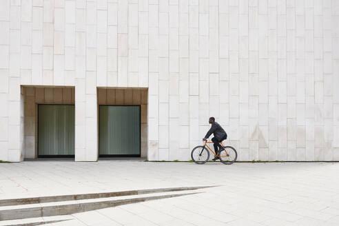 Man with bike in Barcelona - JND00076
