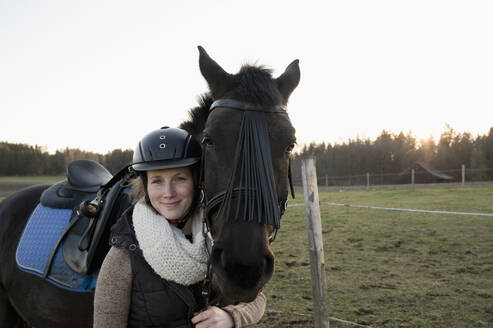 Portrait of smiling woman with horse - CRF02859