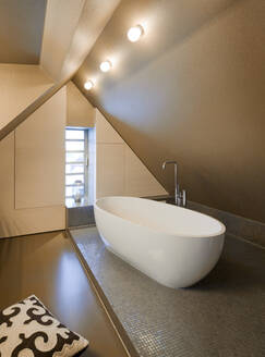 Bathtub in modern bathroom - MINF11785