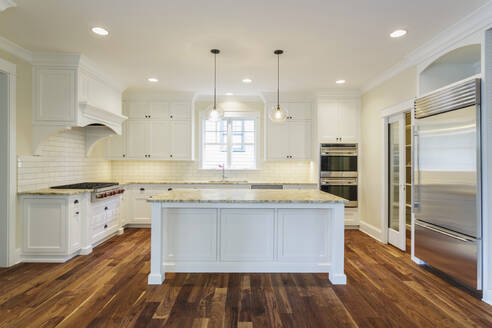 Island and counters in luxury kitchen - MINF12091