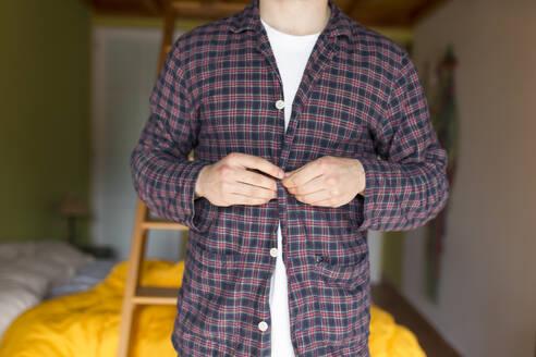 Man dressing pyjama - JPTF00144