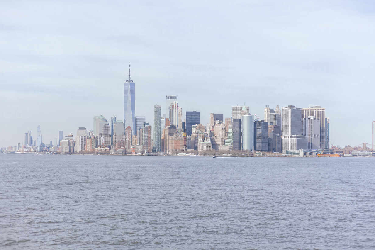 Skyline at the waterfront with One World Trade Center seen from Upper New York Bay, Manhattan, New York City, USA - MMAF01056 - Michael Malorny/Westend61