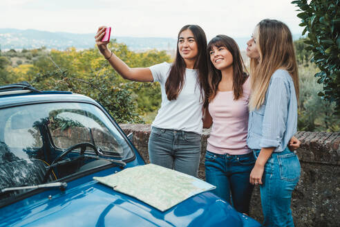 Friends taking selfie in countryside, Florence, Toscana, Italy - CUF51407