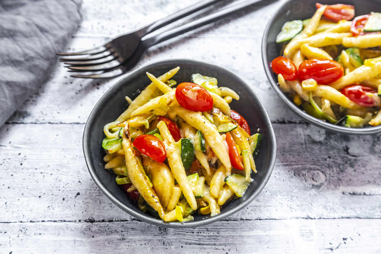 Schupfnudeln with zucchini, leek, tomato and cheese - SARF04310 - Sandra Roesch/Westend61