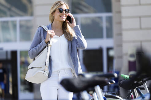 Young businesswoman talking on mobile phone - JSRF00283