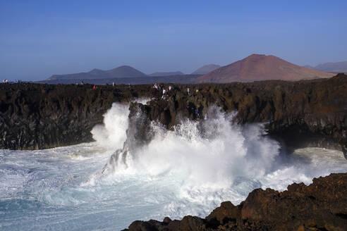 Brandung an Felsküste, Aussichtspunkt Los Hervideros, bei Yaiza, Lanzarote, Kanarische Inseln, Spanien - SIEF08714