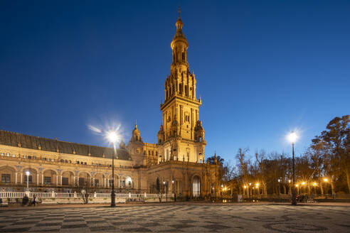 The Plaza de España at night. it is a plaza in the Parque de María Luisa, in Seville, Spain, built in 1928 for the Ibero-American Exposition of 1929. It is a landmark example of the Regionalism Architecture, mixing elements of the Renaissance Revival and Moorish Revival styles of Spanish architecture - TAMF01584
