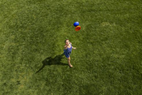 Luftaufnahme, Teenager, 19 Jahre, spielt mit Diablo auf Wiese - STSF02029