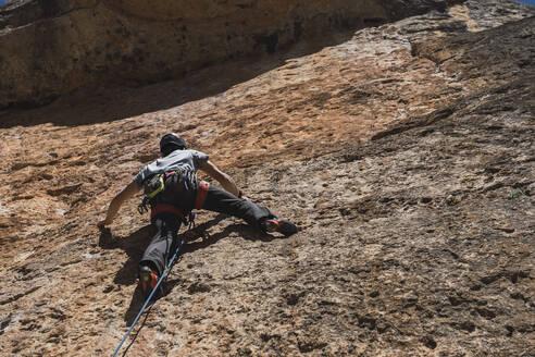 Man climbing in rock wall - RSGF00227