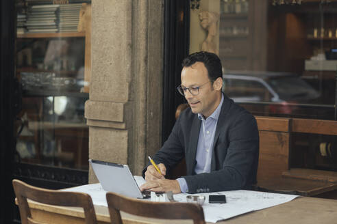 Businessman at work in a coffee shop - ALBF00884
