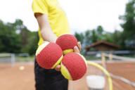 Wickede, NRW, Deutschland. Ein Teenager mit Tennisbälle steht auf dem Tennisplatz Outdoor - KMKF00989