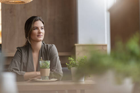 Young businesswoman in a cafe - DIGF07107
