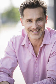 Portrait of businessman, wearing pink shirt - UUF18180