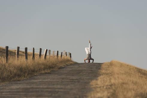 Yoga auf dem Deich, Deutschland, Schleswig-Holstein, Nordfriesland, Dunsum, Föhr - KJF00320
