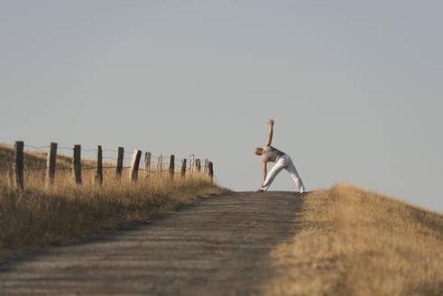 Yoga auf dem Deich, Deutschland, Schleswig-Holstein, Nordfriesland, Dunsum, Föhr - KJF00323