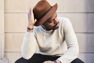 Portrait of mid adult man wearing brown hat - IGGF01221