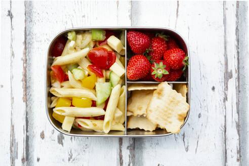 Lunchbox mit Nudelsalat (Penne, roter und gelber Paprika, Salatgurke, Emmentaler, Tomaten, Zwiebel), Erdbeeren und Crackern - LVF08126