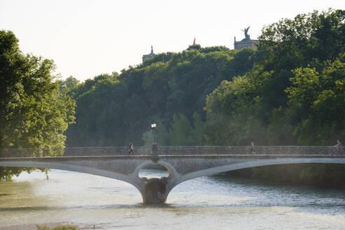 Kabelsteg über Isar, hinten Maximilianeum, Haidhausen, München, Oberbayern, Bayern, Deutschland - SIEF08748