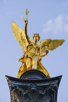 Goldene Figur der Siegesgöttin Nike, Friedensengel, Friedensdenkmal, Bogenhausen, München, Oberbayern, Bayern, Deutschland - SIEF08757