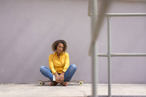 Deutschland, Essen, Frau, 25 Jahre, Afro, Skateboard, Longboard - MOEF02329