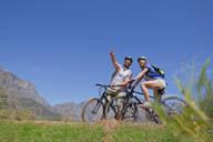 Couple mountain biking in countryside - JUIF02354
