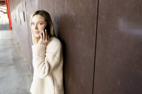 Portrait of young blond woman  on the phone outdoors - GIOF06599