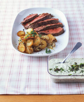Roastbeef mit Bratkartoffeln und Remoladensauce - PPXF00210