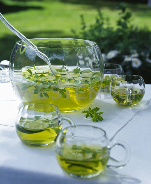 Close up of woodruff punch in glass container ontable outside in garden - PPXF00216 - Pro Pix/Westend61