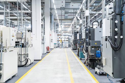 Footpath between industrial machinery in modern factory, Stuttgart, Germany - DIGF07185