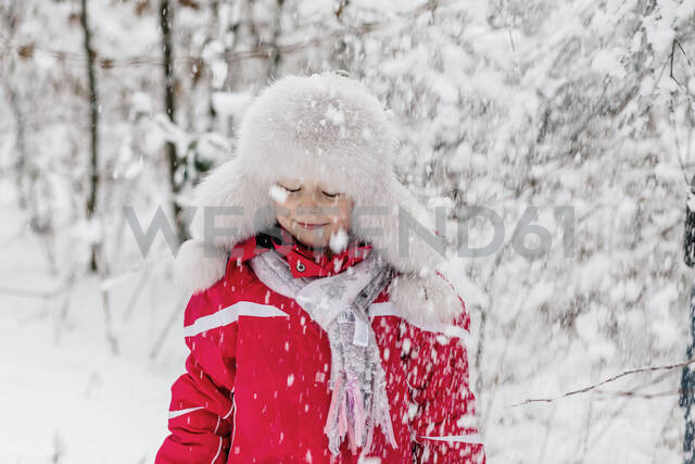 Portrait of a girl standing in a wintry forest - OGF00020 - Oxana Guryanova/Westend61