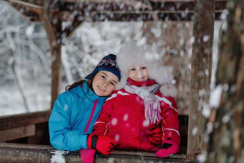 Die Schwestern lachend im winterlichen Wald - OGF00023