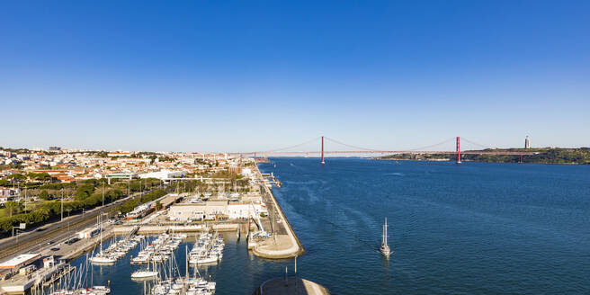 Portugal, Lissabon, Belém, Fluss Tejo, Ponte 25 de Abril, Brücke, Jachthafen - WDF05292