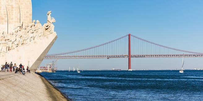 Portugal, Lissabon, Belém, Fluss Tejo, Ponte 25 de Abril, Brücke, Padrao dos Descobrimentos, Heinrich der Seefahrer, Denkmal - WDF05295