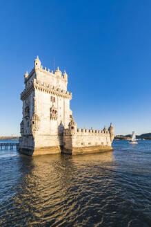 Portugal, Lissabon, Belém, Fluss Tejo, Torre de Belém, Wehrturm, Segelboot - WDF05301