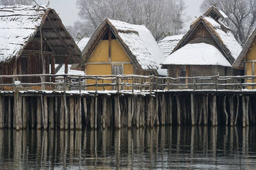 Germany, Baden-Wurttemberg, Snow covered stilt houses on Lake Constance - SHF02194
