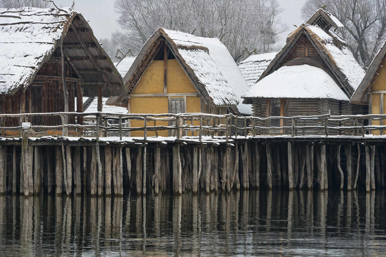 Germany, Baden-Wurttemberg, Snow covered stilt houses on Lake Constance - SHF02194 - Holger Spiering/Westend61
