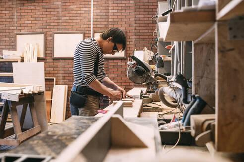 Carpenter at work - VPIF01363